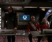 Worf, Sisko und Ch'Pok bei der Verhandlung