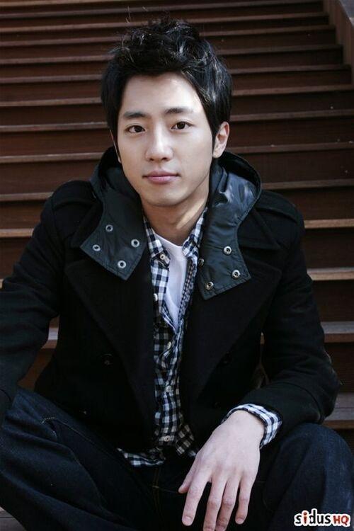http://img3.wikia.nocookie.net/__cb20110118061908/drama/es/images/thumb/0/06/Lee_Sang_Yeob2.jpg/500px-Lee_Sang_Yeob2.jpg