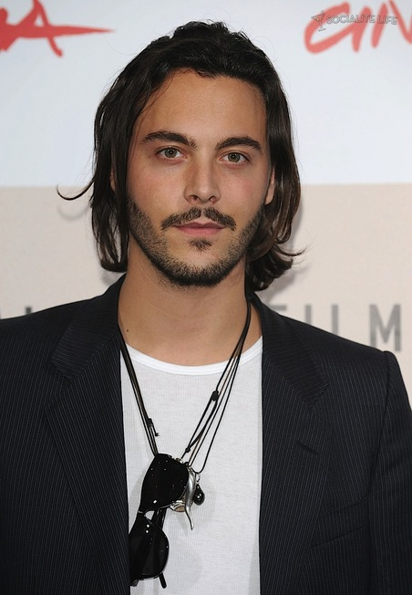 The 35-year old son of father Walter Anthony and mother Lady Margot Lavinia Cholmondeley, 183 cm tall Jack Huston in 2017 photo