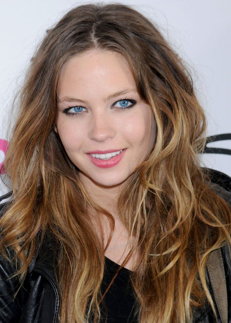 The 26-year old daughter of father John Schwallier and mother Cathy Chase, 166 cm tall Daveigh Chase in 2017 photo