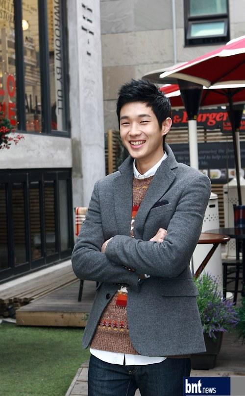 http://img3.wikia.nocookie.net/__cb20120621060407/drama/es/images/5/5c/Choi_Woo_Shik10.jpg