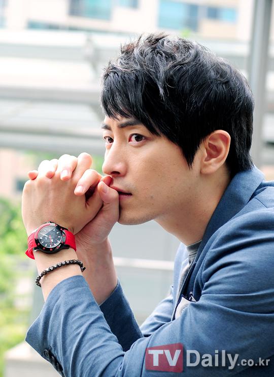 http://img3.wikia.nocookie.net/__cb20120621072657/drama/es/images/1/16/Lee_Joon_Hyuk16.jpg