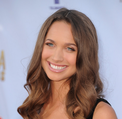 Maiara Walsh singing