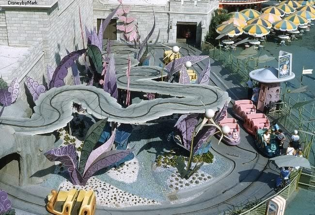 http://img3.wikia.nocookie.net/__cb20140107234036/disney/images/e/e6/Original_Alice_in_Wonderland_Attraction_2.jpg